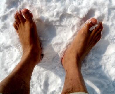 素足で雪の上を歩く.jpg
