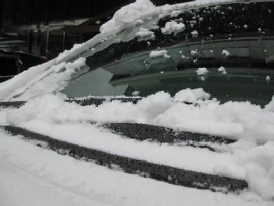 車の窓の雪.jpg