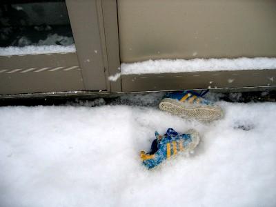 雪の外に捨てられた靴.jpg