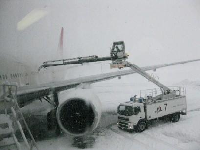 2010.0305除雪中の飛行機IMG_0658.jpg